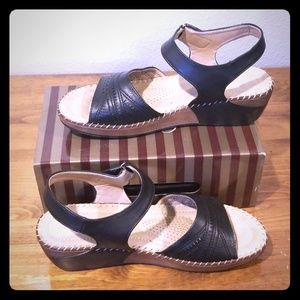 Black perforated sandal womens size 11